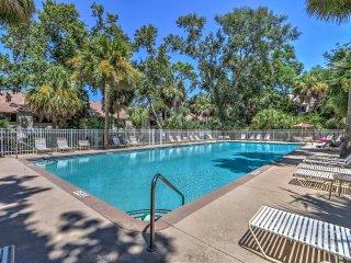 Hilton Head Condo w/ Shared Pool - Walk to Beach!
