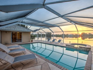 Stunning 3BR Home on Lake, heated pool & dock