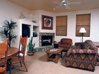Family Friendly Condo w/ Full Kitchen, Fireplace, Resort Pool & Hot Tubs