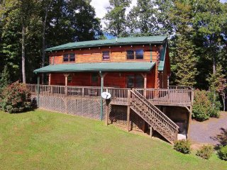Mountain Heir-Beautiful 3 BR Cabin w/HOT TUB, Pool Table, Wi-Fi & AC!