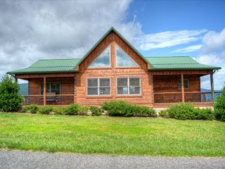 High Places-Elegant 3 BR Cabin w/HOT TUB, Breathtaking VIEWS, POOL TABLE, Wi-Fi,