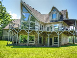 Wolf Ridge Chalet-Amazing 6 BR Chalet w/HOT TUB, Pool Table, Fire Pit, Foosball,