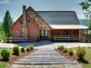A Home Sweet Home- Large5 BR, 4 BA Cabin w/VIEWS, Hot Tub, Pool Table, Wi-Fi, Fi
