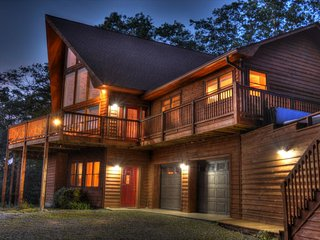 Piper's Peak-Secluded 3 BR, 3 BA cabin with Breathtaking Views, Sleeps 8, Fire P