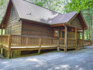 Alluring Ambiance-3 BR Great Cabin with HOT TUB, Foosball, Wi-Fi, Fire Pit, Rive
