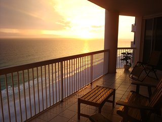 Beachfront luxury in the heart of Destin - 3 kings, beach service included