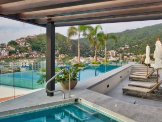 Romantic Zone Contemporary Condo with Roof Top Pool