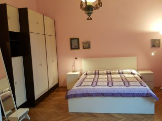 Adriana's Apartment, spacious,quiet place, close to the downtown, garden arround