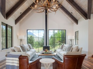 Secluded Luxury Mountain Retreat on Nicholson Lake with Hot Tub/Garage