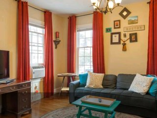 Welcoming 3bed 2bath townhome with parking and 1800sqft in Inman square