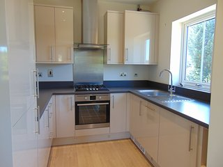 Maidenhead - large 2 bedroom, 2 bathroom apartment - free Wi-Fi and parking