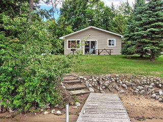 2 bedroom 1 bath cozy Lake front cabin. Sleeps 4-6