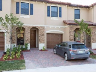 Affordable Private Room New Home No Fees/No Deposit for 3 near Zoo/Everglades...