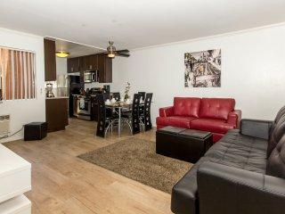 Standard 2BR Apartment near Sunset Blvd - w/ FREE PARKING