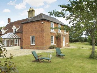 The Farmhouse - sleeps 9 guests in 5 bedrooms