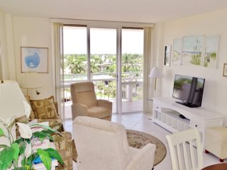Lovely 1 bedroom beachfront condo walking distance to famous Island dining venue