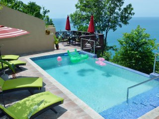 Chrissy's Hilltop Penthouse with Stunning Sea View Sleeps 6