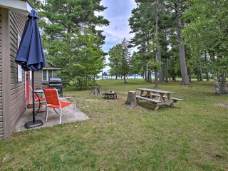 Cozy Suttons Bay Cottage w/Shared Dock & Fire Pit!