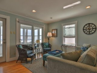 Oceanfront condo w/ sunroom - across the street from Long Sands Beach!