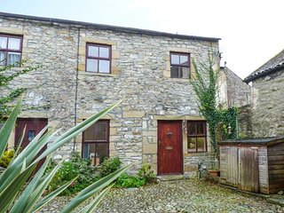 HEDGEHOG COTTAGE, terraced, WiFi, pet-friendly, off road parking, in Settle, Ref