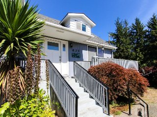 Lovingly maintained home w/ deck, yard & patio - walk to bay & beach, dogs OK!