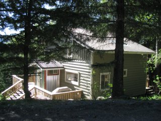 Highland Haven 3 BR, woodstove, BBQ, huge deck, close to town