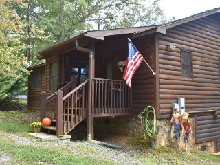 KATAHDIN- 2BR WITH KING BEDS/2BA- INDOOR HOT TUB, GAS LOG FIREPLACE,