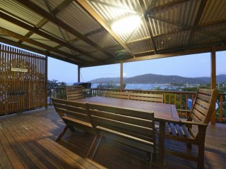 Airlie Getaway - Views- Location- Simplicity