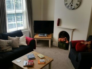 UPSTAIRS DOWNSTAIRS sleeps 5-6, parking, 5 mins from Chester Centre