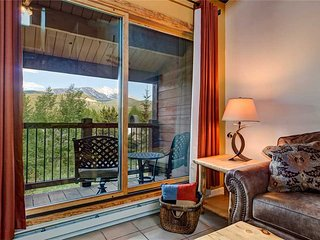 Remodeled condo! Quick walk to lifts, hot tub/pool, great views!