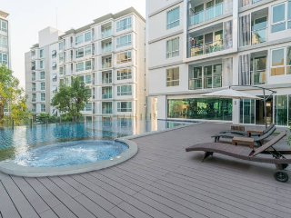 Cozy and Brand new condo, 5 mins walk to skytrain