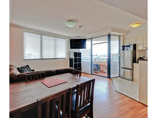 Shevlin's CBD Holiday Apartment - 2bed 2bath, kitchen, free WiFi, spa, gym, pool