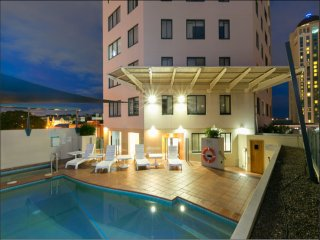 Shevlin's CBD Holiday Apartment - 2bed 2bath, kitchen, free WiFi, spa, gym, pool