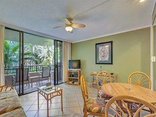 Touch Palms from Lanai! Comfy Style w/Kitchen, WiFi, Ceiling Fans–Paki Maui 211