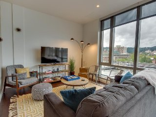 Luxury downtown dog-friendly condo w/ West Hills views! Business Friendly!