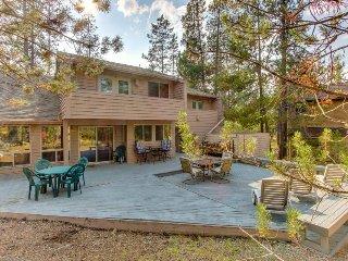 Cozy home w/ SHARC passes plus entertainment - near golf & river
