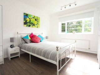 Fantastic large bright 2 bed flat sleeps 4