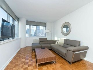 SPLENDID VIEWS 2BR-2BA IN MIDTOWN WEST