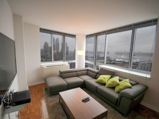 17Q-VIEWS OF MANHATTAN-2BR-2BA APT WITH GYM & AIRCON