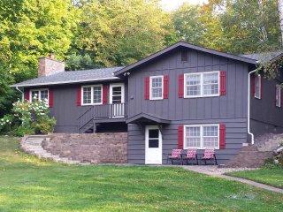 3BR Bay Lake Winter Retreat w/1 Acre Yard!
