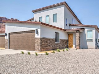 Upscale Moab Townhome w/Hot Tub - 20 Min to Arches