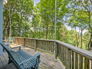 Modern Home w/Deck - 1 Mi to Beech Mountain Resort