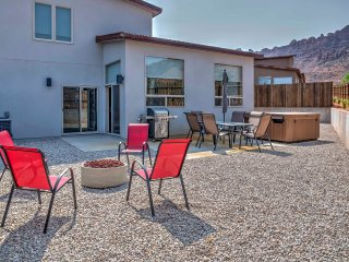 Townhome Near Downtown Moab & Arches w/ a Hot Tub!