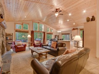 Sierra Sanctuary - 4 BR Home in Tahoe Donner with Hot Tub - Dogs Welcome!
