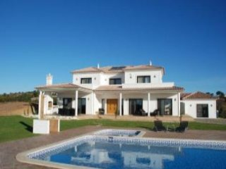 Modern five bedroom luxury Villa near Monte Rei with swimming pool and free WIFI