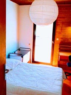 Chambre du bas n°1 (suite), vue de sa porte intérieure: grand lit, armoire, bureau, lit-bébé.