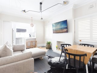 Stylish 2 bed apartment 1 min from Manly Beach