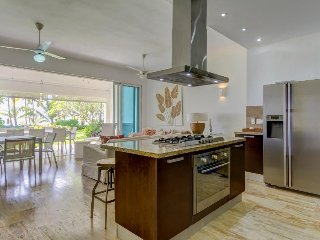 Beachfront, ground-level condo w/ shared pool, spacious patio, modern kitchen