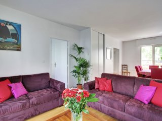Canal View - One Bedroom Apartment with Terrace & Parking - Sleeps 4