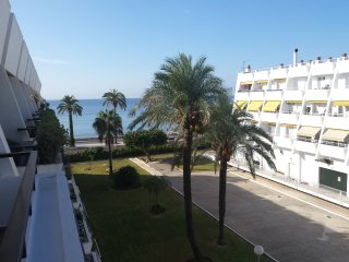 Sunny bright top floor apt, sea view, pool, ac and free wifi. West facing.